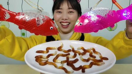 """零食趣玩:小姐姐边玩""""发光投影鱼""""边吃""""蚯蚓软糖"""",真是满足"""