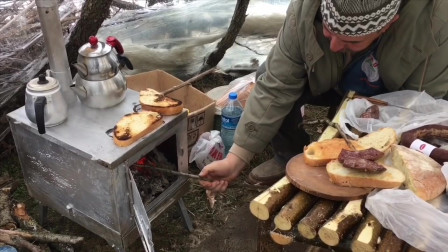 荒野露营 快速搭建露营木棚 制作简易桌子