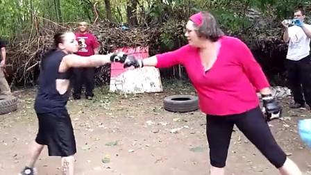 街头拳击大战:家庭主妇凶悍十足,上擂台开撕拼到披头撒发