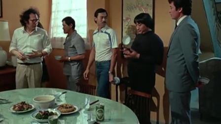 洪金宝几人抢着给钟楚红夹菜,就是搞不懂秦祥林为何把饭碗放到身后