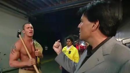 WWE:毒蛇兰迪不满上司态度,直接拿雷神之锤怒砸脚趾,太解气了!
