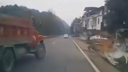 连续变道未开启转弯灯 农用车怼上后方小车