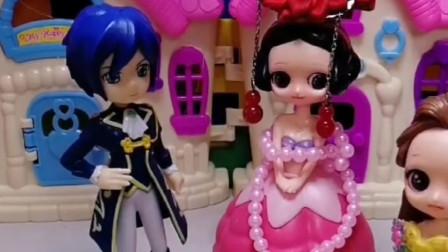 白雪公主与王子成亲啦,贝尔十分羡慕白雪,亲自送来了新婚贺礼!