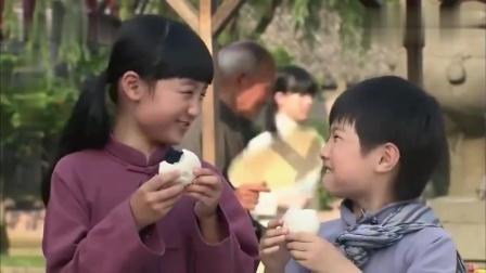 姐弟为报达老的善心,主动帮他收拾碗筷,麻利的连小二都比不上