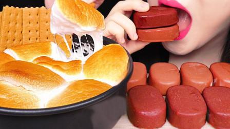 柚子看天下 有没有吃过烤棉花糖,竟还能蘸冰淇淋,会惊艳味蕾吗