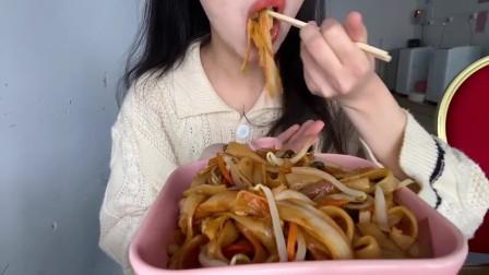 美食吃播:大胃王小姐姐吃炒河粉,大口吃的真香!