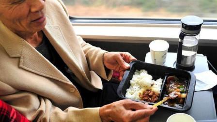 一趟火车上千乘客,为啥几十份盒饭都卖不掉?乘务员说了句实话