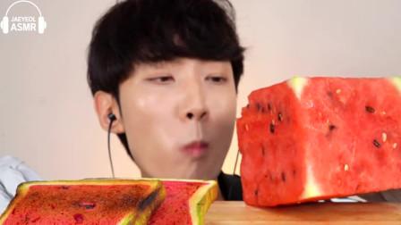吃播:小哥吃西瓜吐司,听声音都让人流口水