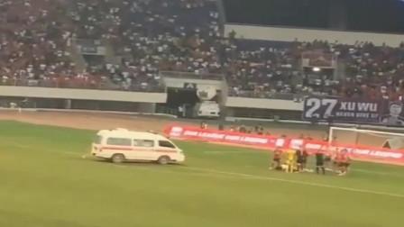 哪有救护车开进足球场地的,真业余啊