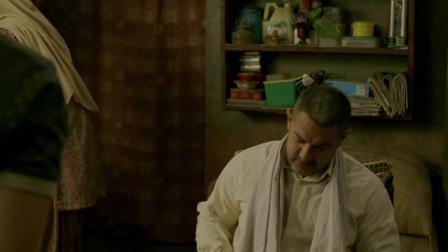 摔跤吧爸爸:小野猫从学校回来和阿米尔汗谈话,阿米尔汗却总有一种落魄感!