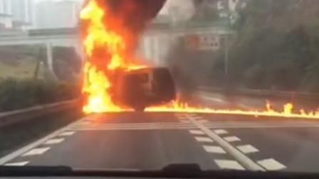 火光冲天!小客车高速上突发自燃 驾驶员及时跳车自救