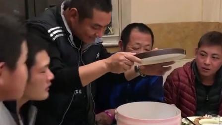 生日蛋糕一打开,居然把长辈都吓住了,这是什么情况?