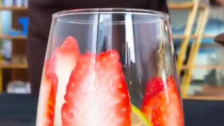 草莓网红做法,家庭版,草莓果汁15ml,多半罐雪碧,一瓶养乐多,特别好喝一定要试试