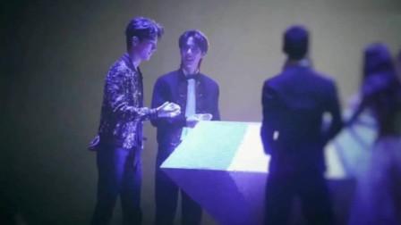 肖战、王一博笑容太撩人,别人都是去领奖他俩是去聊天了
