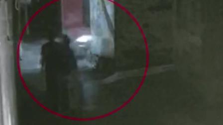女子走进漆黑小巷回家,丝毫没注意被男子尾随,监控拍下无语画面!