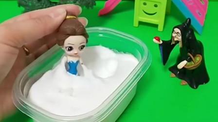 贝尔说她知道白雪是怎么变白的了,就是用牛奶泡澡,贝尔就开始泡澡了