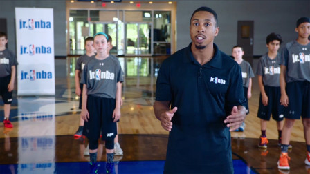 【Jr. NBA居家篮球课】第七课   P2动态热身 - 单手持球向前向后肩回环/运动姿势/原地垂直跳跃