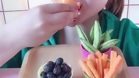 萌姐试吃:小猪佩奇棒棒糖,果冻巧克力,彩色糖果,奶油蛋糕第545期