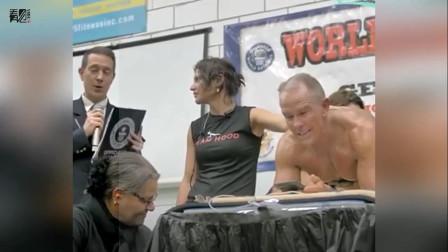 62岁前海军陆战队员创世界纪录 平板支撑时长达8个多小时