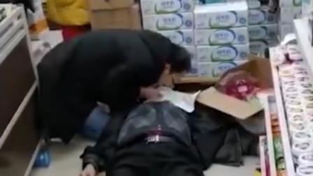 突发! 八旬老人突然晕倒, 医生跪地摘口罩做人工呼吸救人
