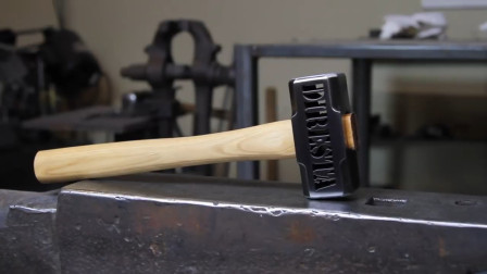 老外动用多种技艺打出一把锤,技术过硬,成品得几百块吧!