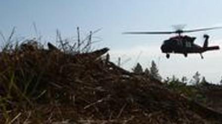就算直升机运输,也没什么士气!实拍美军直升机运送消防员