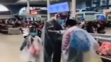 老人用薄膜、防尘罩、口罩全副武装,将自己和两个孙子包的严严实实