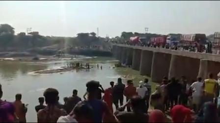 印度一大巴不慎坠河致245重伤,乘客都是参加婚礼的客人