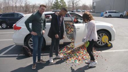 美女为给朋友惊喜,把10万块乐高积木倒进朋友车里,几个意思?