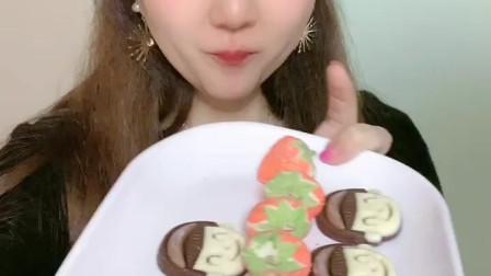 小姐姐试吃网红奶油草莓,你喜欢吃吗?