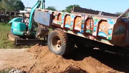 小型挖掘机救援拖拉机,用铁链拉真费劲