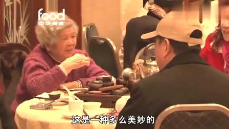 老外在中国:外国小哥体验广州早茶,5点天还没亮都满客了,还有1块钱的必备品!