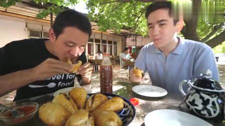 老外在中国:老外直言烤包子太好吃,吃不够,烤包子加辣椒粉吃得好过瘾!