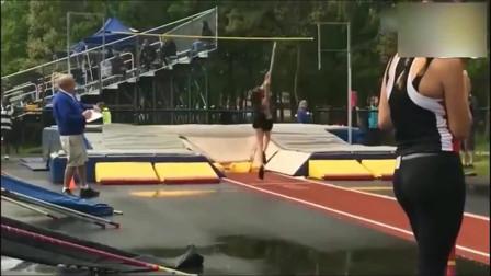 国外一美女运动员撑杆跳时出现重大失误,摄像师拍下这一画面