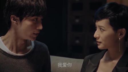 小伙和美女沙发上热吻,却不知美女是为了得到他的戒指