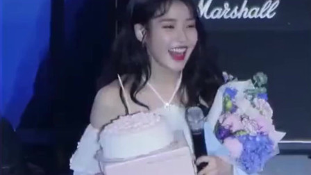 粉丝送的蛋糕打翻后,这位美女高情商的做法,真是让我佩服!
