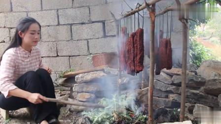 农村姑娘今天做了一道云南特色菜:碳烤牛肉干巴,好吃到爆