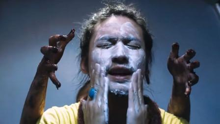 小伙正在洗脸,后面谁的手伸了过来,一部泰国惊悚电影