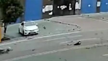 电动车横穿马路被疾驰轿车撞飞 骑手倒地不起