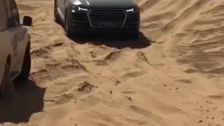 奥迪Q7也来阿拉善了,动力感觉非常强大,不愧是BBA豪车!