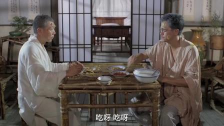两位老友好久不见,在饭桌上互喂对方吃菜,这画面别提有多和谐了