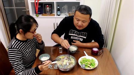 晚饭,在家用肉骨头炖白菜,一盘拌凉菜,吃米饭喝白酒,吃撑了