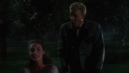 情侣晚上在湖边甜蜜对话,而且是以邮报形式
