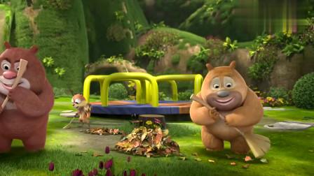 熊熊乐园:熊二刚把落叶扫好,小虎妞就跑来捣乱,熊二不容易