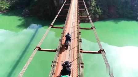 """贵州一条江上出现""""飞车党"""",人走的铁索桥,却成了摩托跑车道"""