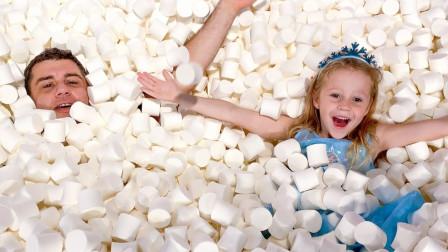 """逗爸打造棉花糖""""海洋"""",小女孩其中开心游泳,下一秒竟来到糖果世界!"""