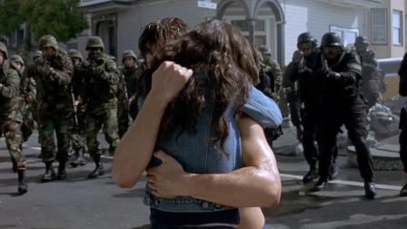 军队逐渐围过来,班纳也不反抗,他的女友却哭了
