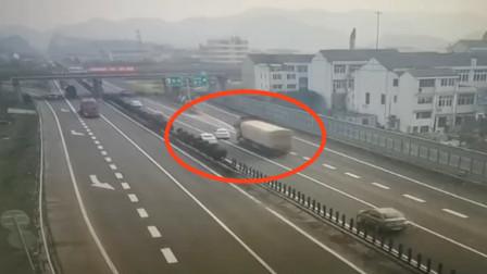 """不想活了?小轿车疯狂实线变道!""""硬别""""大货车酿事故 险酿惨祸"""