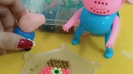 佩奇给猪妈妈做了一个包,猪爸爸看见了,也想让乔治给自己做