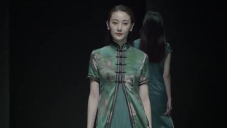 时装秀:想像孔雀一样高贵优雅?绿色旗袍美丽动人,很有高贵之美